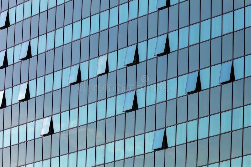 Fachada de vidro com janelas abertas imagem de stock royalty free