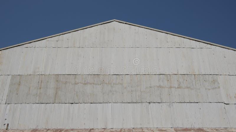 Fachada de zinc ondulada en cielo azul foto de archivo libre de regalías