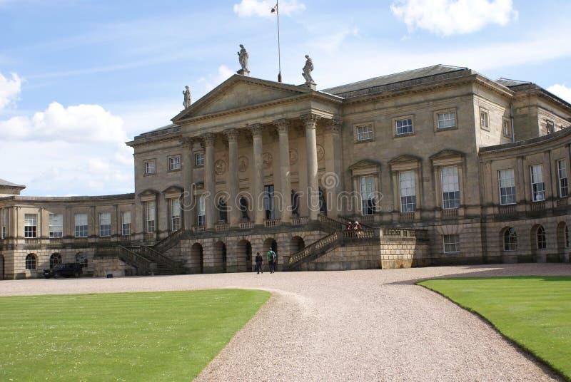 Fachada decorativa con las estatuas, el frontón, las columnas, y las escaleras foto de archivo libre de regalías