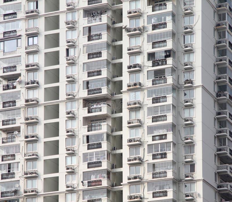 Fachada del alto edificio residencial moderno de la subida con las porciones de ventanas y de apartamentos imágenes de archivo libres de regalías