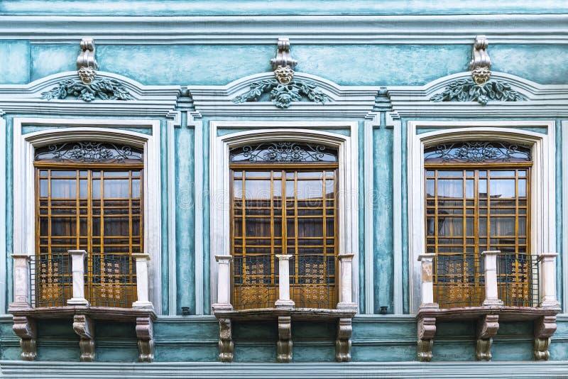 Fachada del balcón de la turquesa en Cuenca, Ecuador fotos de archivo libres de regalías