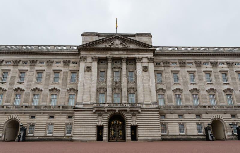 Fachada del Buckingham Palace a finales de octubre foto de archivo libre de regalías