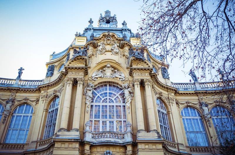 Fachada del castillo de Vajdahunyad en el parque de la ciudad de Budapest, Hungría fotos de archivo