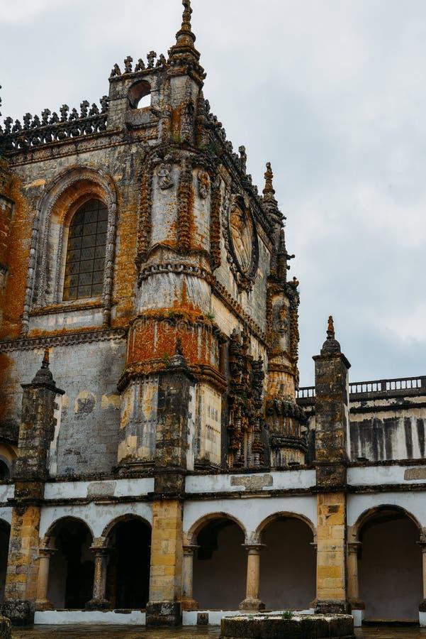Fachada del convento de Cristo con su ventana compleja famosa de Manueline en el castillo medieval de Templar en Tomar, Portugal imagenes de archivo