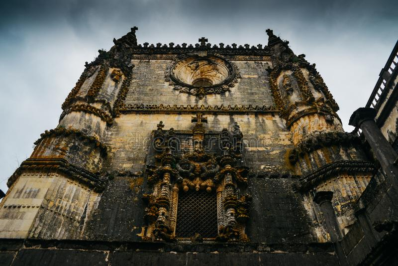 Fachada del convento de Cristo con su ventana compleja famosa de Manueline en el castillo medieval de Templar en Tomar, Portugal fotos de archivo