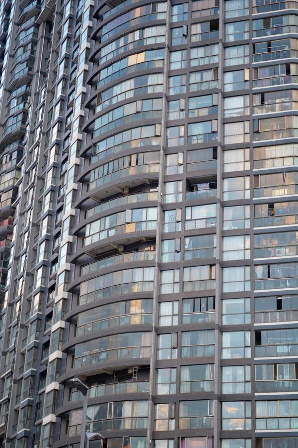 Fachada del edificio alto por completo de apartamentos en ciudad fotos de archivo