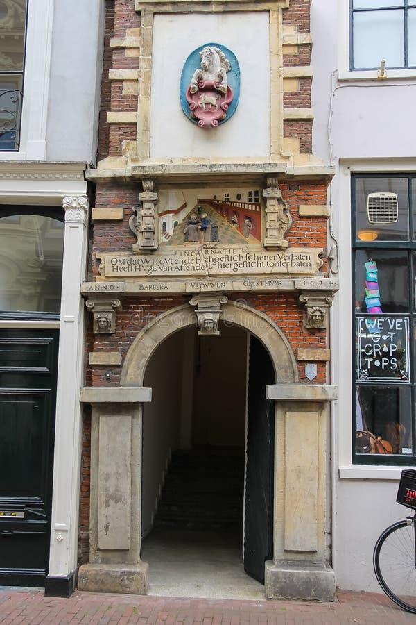 Fachada del edificio antiguo en Haarlem, los Países Bajos imagen de archivo libre de regalías