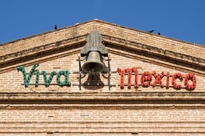 Fachada del edificio con Viva Mexico imagen de archivo