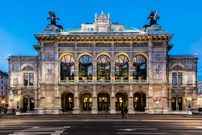 Fachada del edificio de la ópera de Wien en la noche fotos de archivo