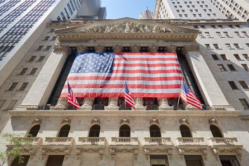 Fachada del edificio de la bolsa de acción de Wall Street en Nueva York fotos de archivo