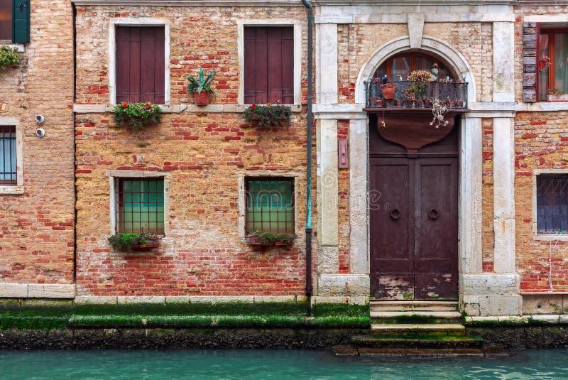 Fachada del edificio de ladrillo típico en Venecia, Italia fotografía de archivo