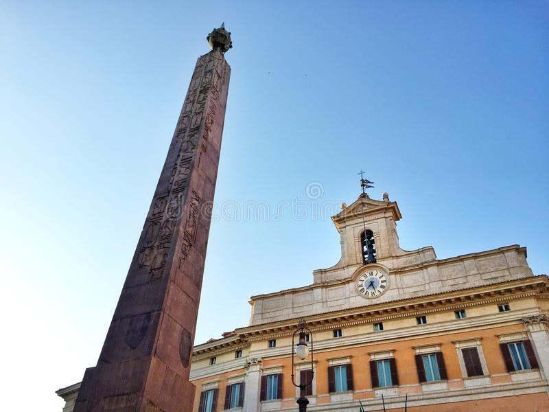 Fachada del edificio de Montecitorio en Roma con su obelisco egipcio imagenes de archivo