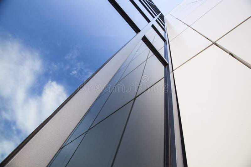 Fachada del edificio de oficinas blanco con el cielo azul imágenes de archivo libres de regalías