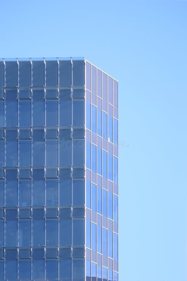 Fachada del edificio de oficinas con los cristales azules fotografía de archivo libre de regalías