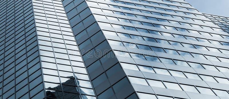 Fachada del edificio de oficinas debajo del cielo nublado imágenes de archivo libres de regalías