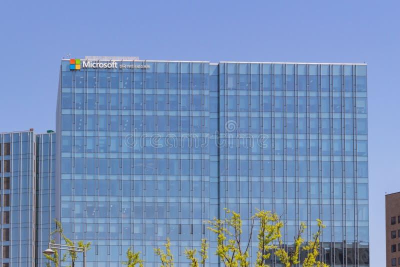 Fachada del edificio de oficinas de la Microsoft Corporation con el logotipo en Seúl, Corea del Sur foto de archivo libre de regalías