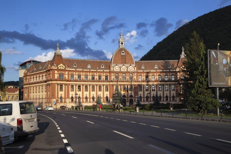 Fachada del edificio de Palace de la justicia que contiene actualmente la prefectura de Brasov, el Consejo del Condado y el tribu fotos de archivo