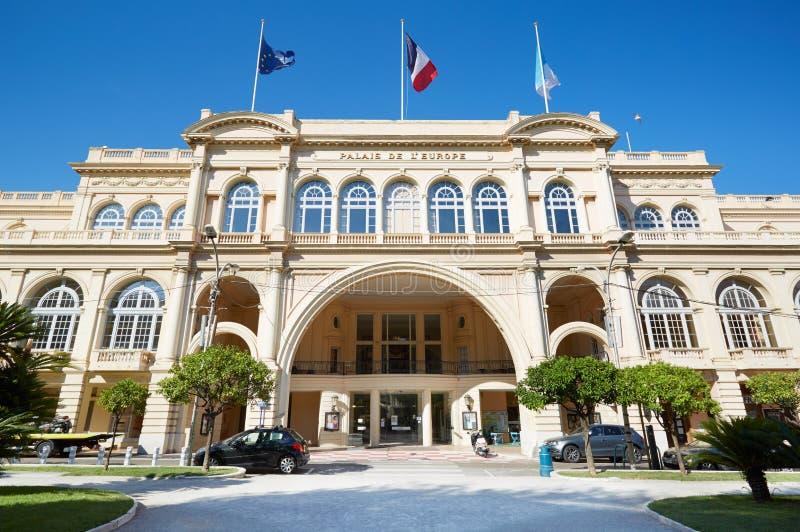 Fachada del edificio de Palais de l'Europe en Menton, Francia fotografía de archivo