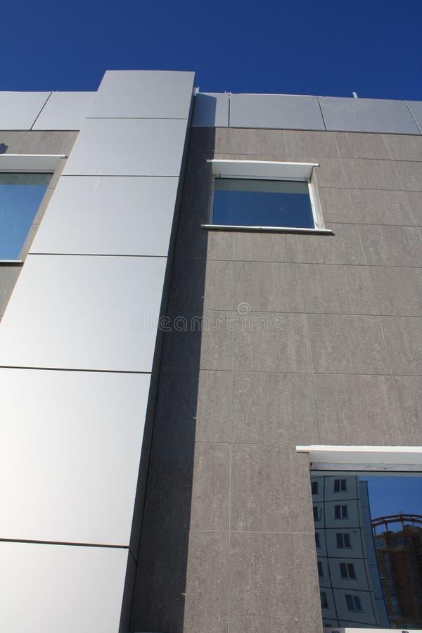 Fachada Del Edificio Del Acabamiento Con Los Materiales Modernos