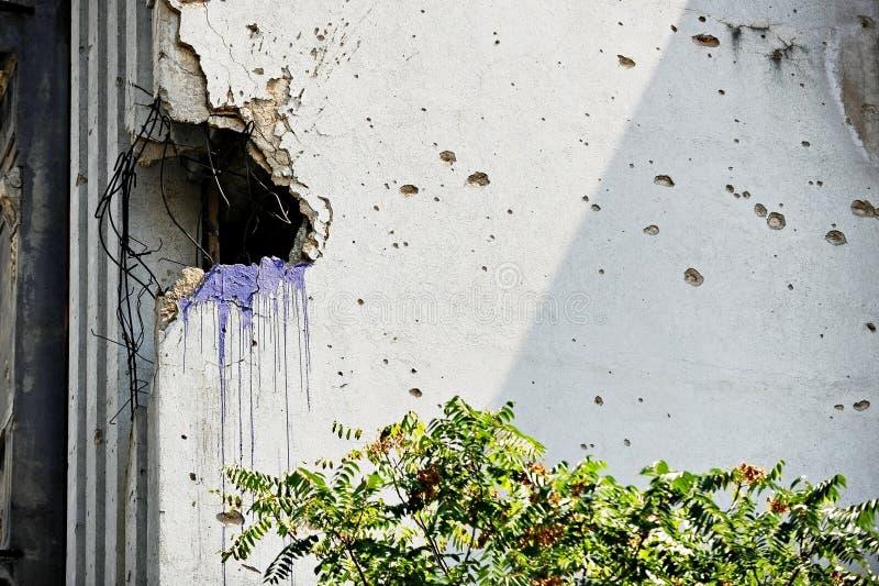 Fachada del edificio destruida por guerra imagen de archivo