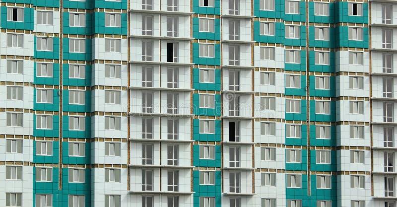 Fachada del edificio residencial nuevamente construido del panel fotografía de archivo