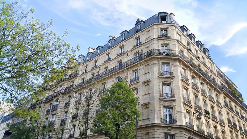 Fachada del edificio típico con el ático en París imagen de archivo