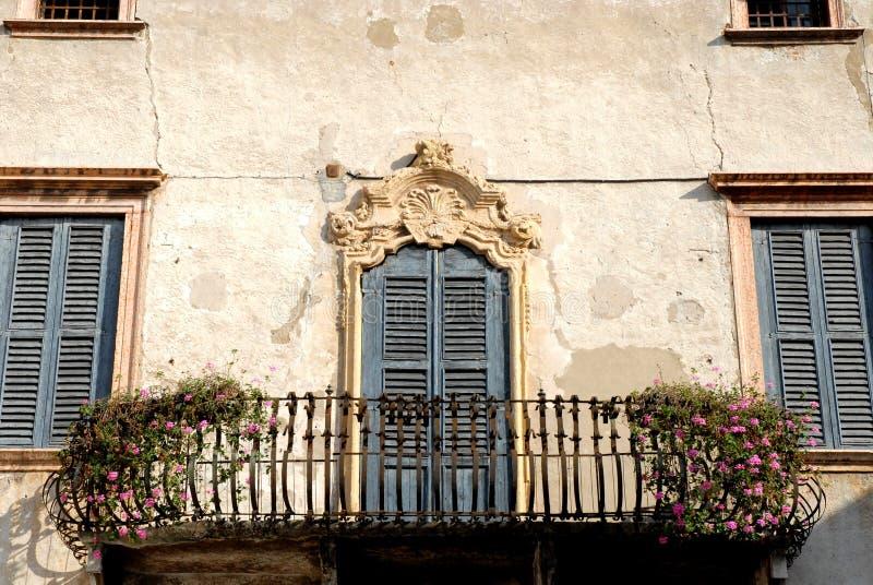 Fachada del edificio viejo en Verona fotografía de archivo