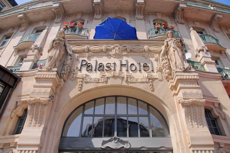 Fachada del hotel anterior del palacio en Wiesbaden foto de archivo
