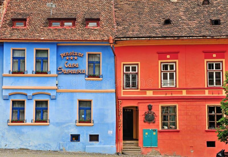 Fachada del hotel en la ciudad vieja de Sighisoara, Rumania imagen de archivo