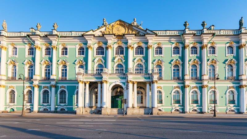 fachada del palacio del invierno en el terraplén de Dvortsovaya imagen de archivo libre de regalías
