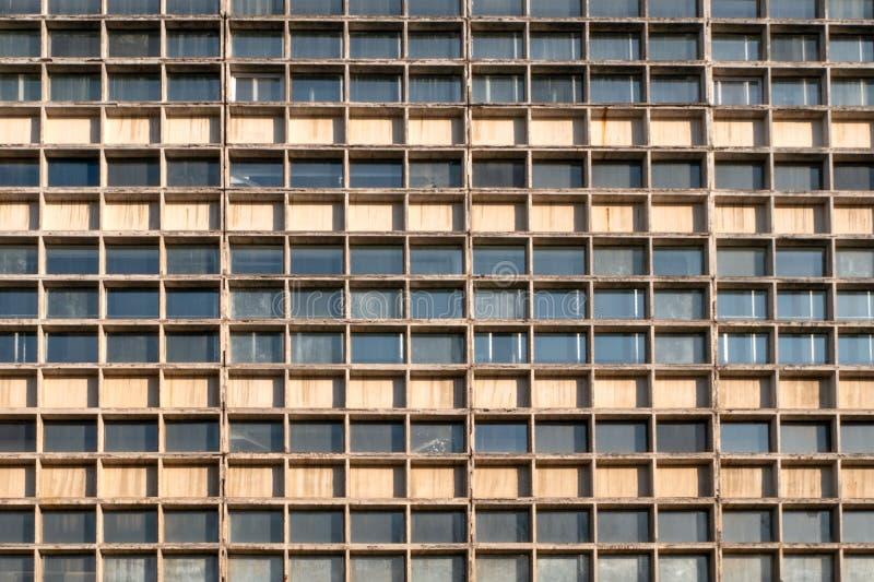 Fachada del rascacielos Muchas ventanas de geométrico Pared con las porciones de filas idénticas de la ventana foto de archivo