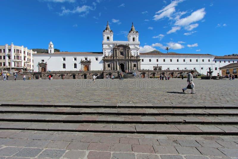 Fachada delantera de la iglesia y del convento de San Francisco en Quito imagen de archivo