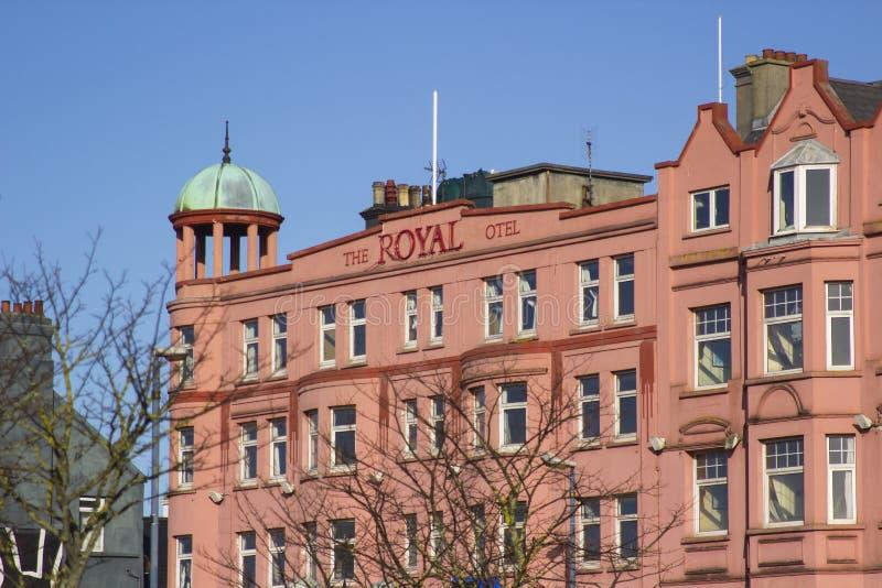 A fachada dianteira e a torre abobadada de cobre do hotel real abandonado no condado de Bangor para baixo foto de stock