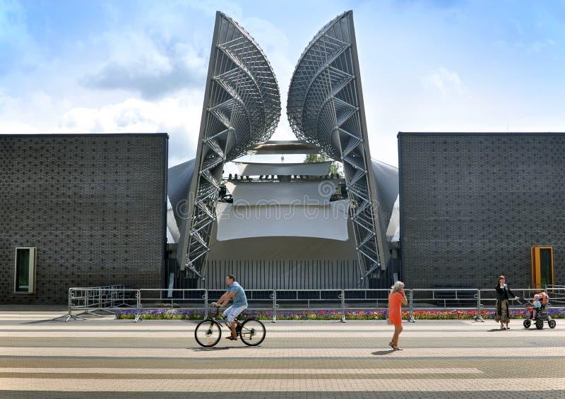 Fachada do anfiteatro moderno em Molodechno, Bielorrússia foto de stock