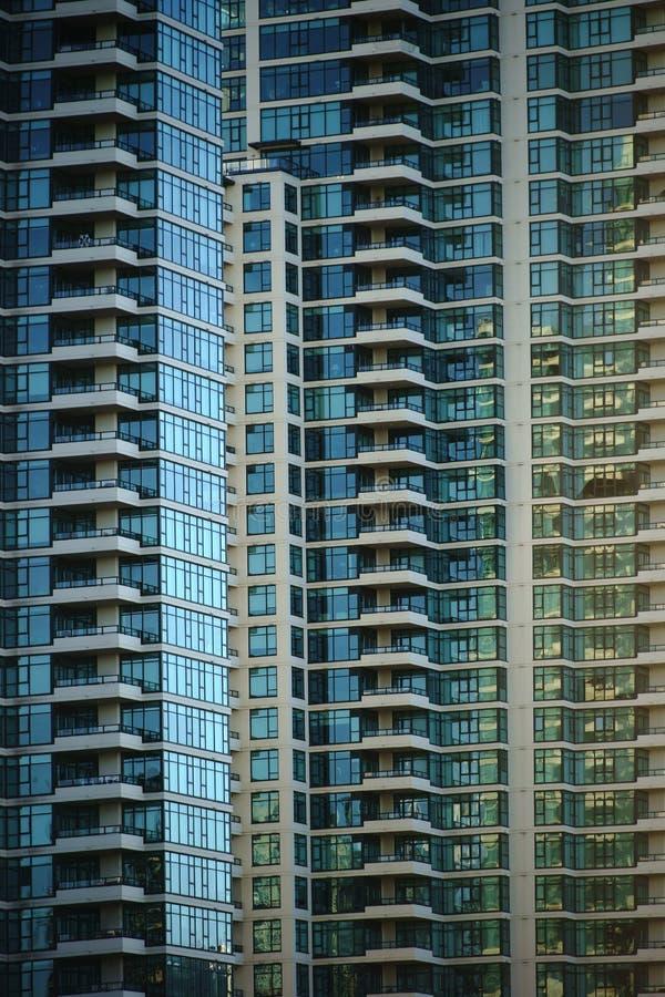 Fachada do arranha-céus com balcões fotos de stock