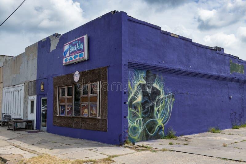 A fachada do café da aleia dos azuis do delta, com uma pintura mural de um guitarrist dos azuis, em Clarksdale, Mississippi imagens de stock