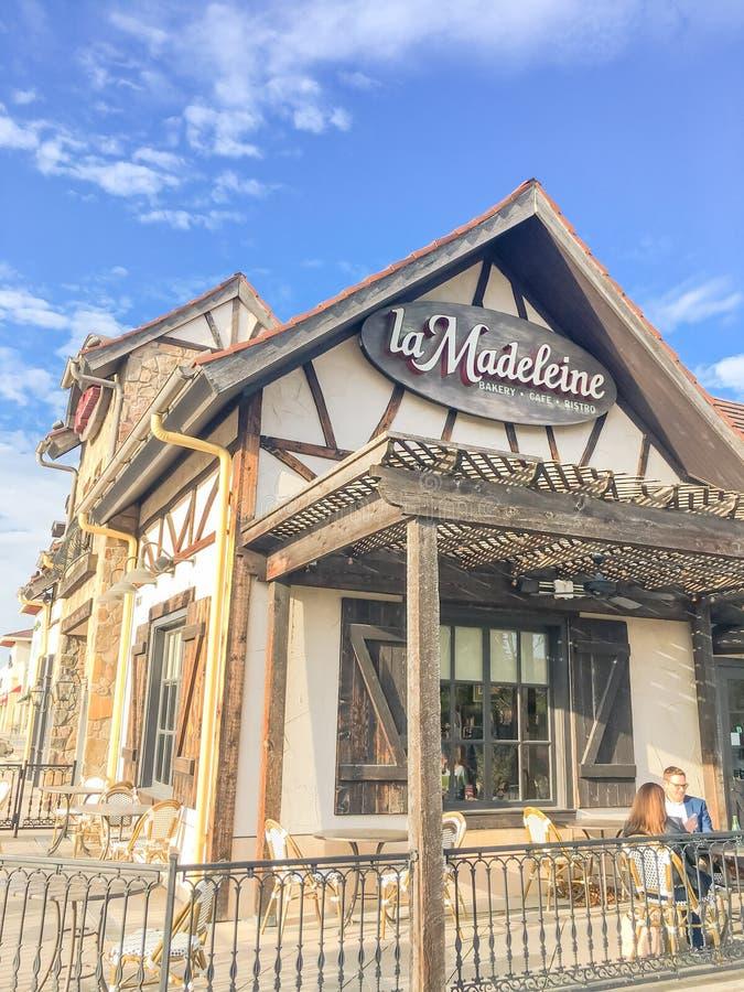Fachada do café de Madeleine Quaint French do La com o fá rústico do país imagens de stock royalty free