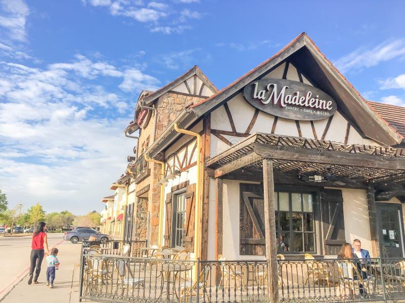 Fachada do café de Madeleine Quaint French do La com o fá rústico do país imagem de stock royalty free