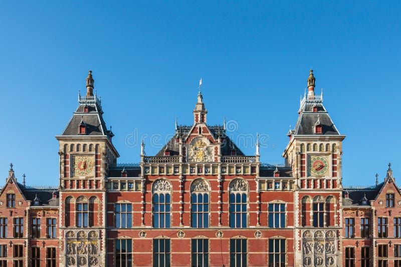 Fachada do estação de caminhos-de-ferro central antigo em Amsterdão fotografia de stock