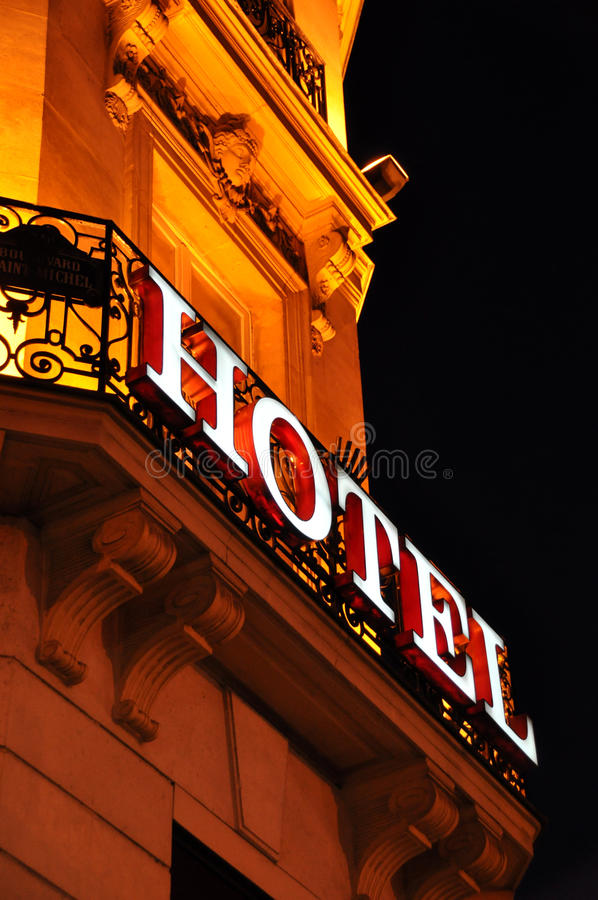 Fachada do hotel na noite fotografia de stock royalty free