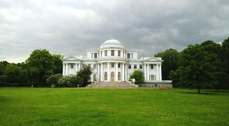 A fachada do palácio de Yelagin na ilha de Yelagin em St Petersburg Dia nebuloso nublado imagens de stock royalty free