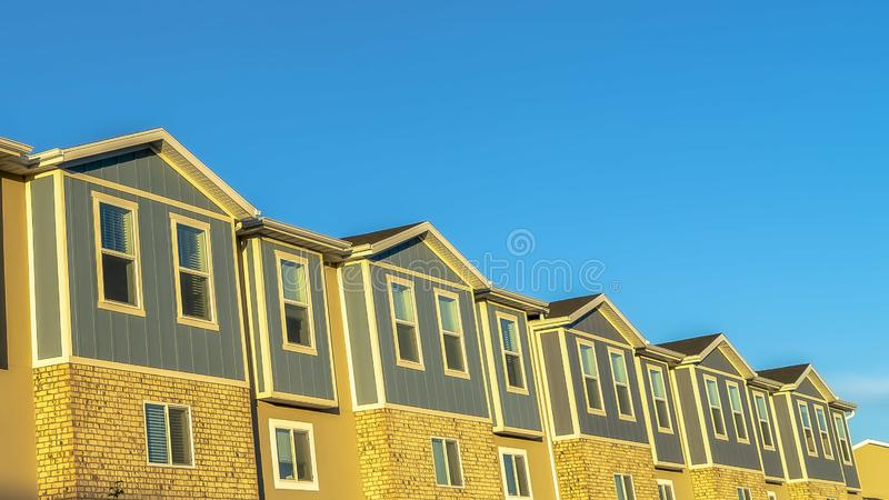 Fachada do panorama dos condomínios com fundo claro do céu azul em um dia ensolarado imagens de stock