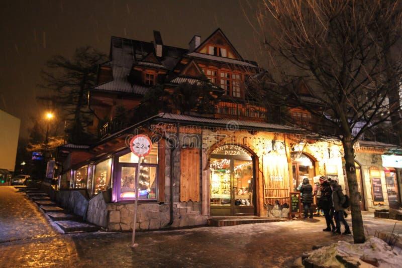 A fachada do restaurante em Zakopane na noite imagem de stock royalty free