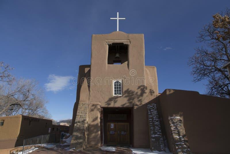 Fachada do romano histórico - igreja 1710 de San Miguel Mission do católico em Santa Fe fotos de stock royalty free