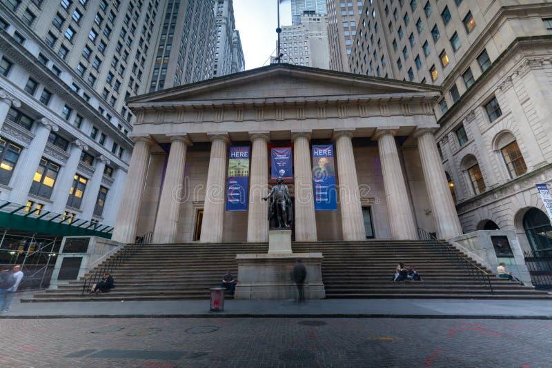 Fachada do Salão federal com Washington Statue na parte dianteira, Wall Street, Manhattan, New York City fotografia de stock