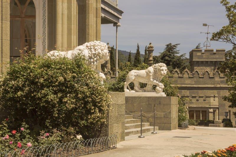 A fachada do sul do palácio de Vorontsov com esculturas dos leões crimean fotos de stock