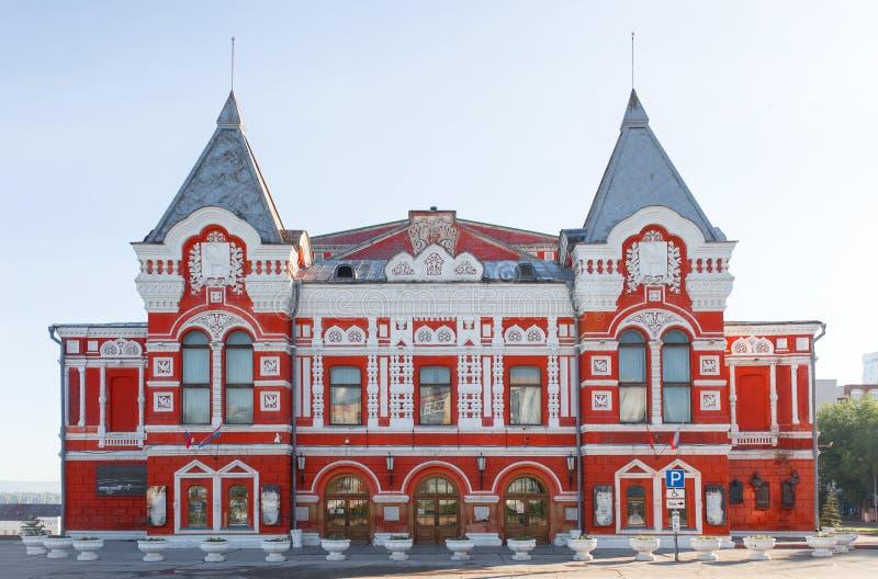 Fachada do teatro do drama no Samara em Rússia Paisagem da cidade com teatro histórico e o céu azul imagens de stock royalty free