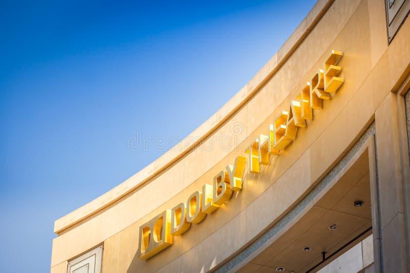 Fachada do teatro do Dolby contra o céu azul imagens de stock