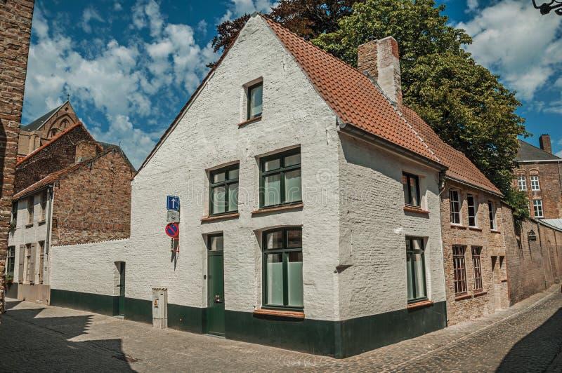 Fachada do tijolo das casas no estilo típico da região de Flanders's na rua de Bruges foto de stock
