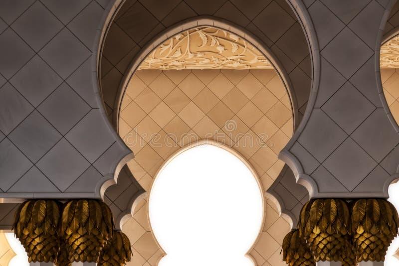 Fachada dos arcos na mesquita bonita de Abu Dhabi UAE imagem de stock royalty free